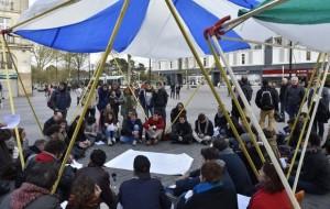 Des-dizaines-de-personnes-prennent-part-au-mouvement-Nuit-Debout-a-Nantes-dans-l-ouest-de-la-France-le-6-avril-2016_afp-article